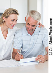 Una pareja feliz trabajando en sus finanzas