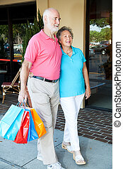Una pareja feliz va de compras