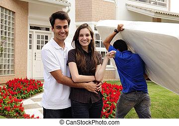 Una pareja frente a la nueva casa