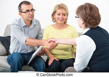 Una pareja hablando con asesor financiero