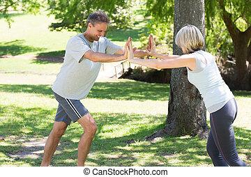 Una pareja haciendo ejercicio en el parque