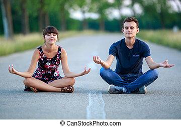 Una pareja haciendo yoga