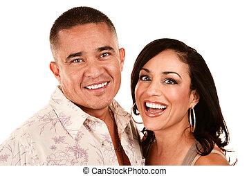 Una pareja hispana atractiva