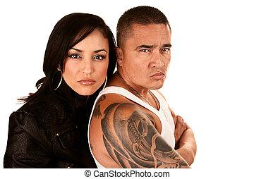 Una pareja hispana dura