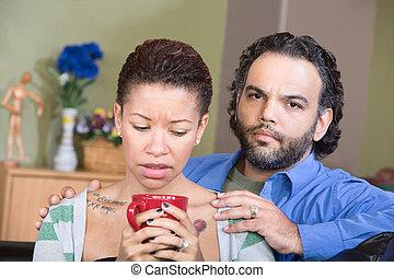 Una pareja hispana preocupada