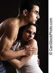 Una pareja joven abrazada