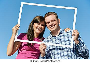 Una pareja joven al aire libre