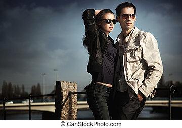Una pareja joven atractiva con gafas de sol