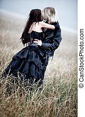 Una pareja joven besándose al aire libre