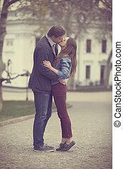 Una pareja joven besándose en la calle