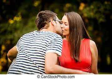 Una pareja joven besándose