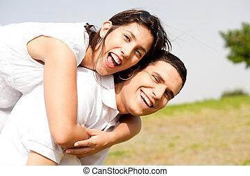 Una pareja joven cabalgando