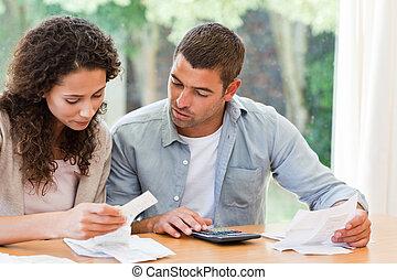 Una pareja joven calculando su domo