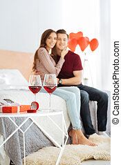 Una pareja joven celebrando su compromiso