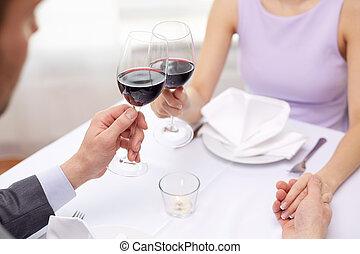 Una pareja joven con copas de vino en el restaurante