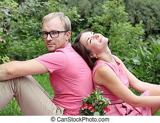Una pareja joven de picnic