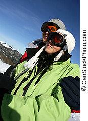 Una pareja joven de vacaciones de esquí