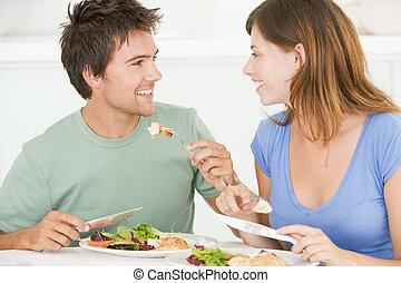 Una pareja joven disfrutando de la comida, de comer juntos