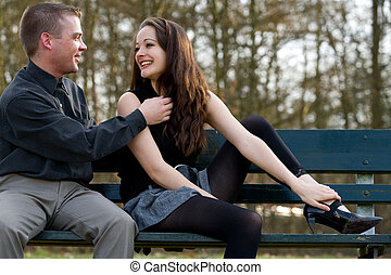 Una pareja joven divirtiéndose