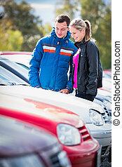 Una pareja joven eligiendo el coche adecuado para ellos