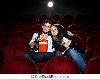 Una pareja joven en el cine