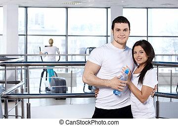 Una pareja joven en el club deportivo