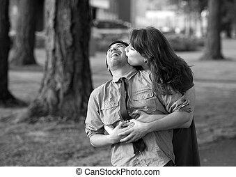 Una pareja joven en el parque