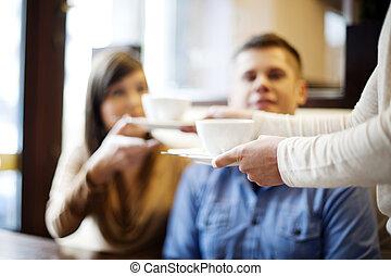 Una pareja joven en el restaurante