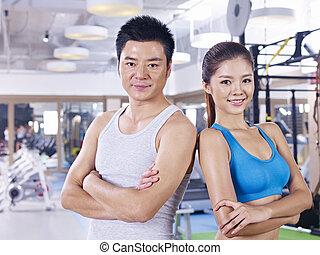 Una pareja joven en gimnasia