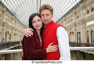 Una pareja joven en la tienda