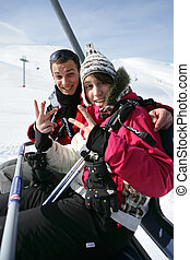 Una pareja joven en un ascensor de esquí