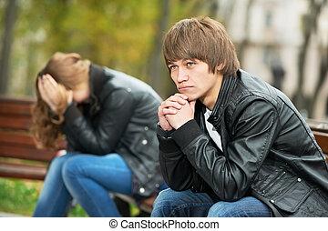 Una pareja joven en una relación de estrés