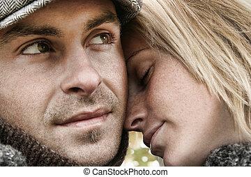 Una pareja joven enamorada abrazando