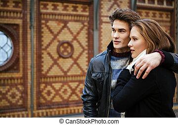 Una pareja joven esperando un tren