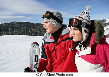 Una pareja joven esquiando