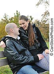 Una pareja joven hablando al aire libre en el parque