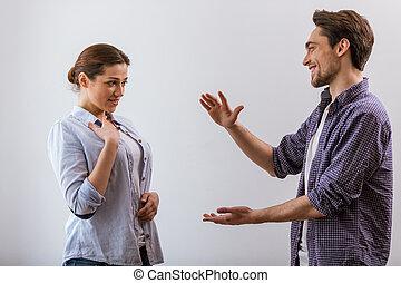 Una pareja joven hablando