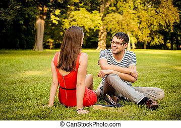 Una pareja joven hablando en la fecha