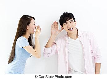 Una pareja joven hablando y escuchando concepto