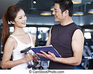 Una pareja joven haciendo ejercicio en el gimnasio