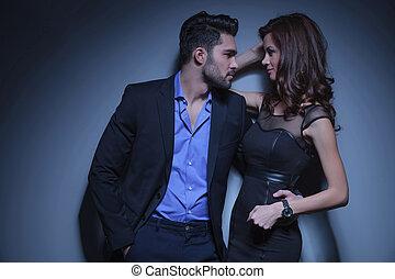Una pareja joven mirándose