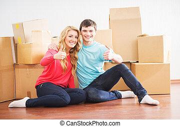Una pareja joven mudándose a un nuevo hogar