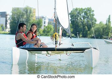 Una pareja joven navegando