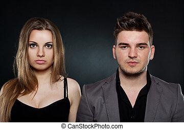 Una pareja joven parada junto a la otra