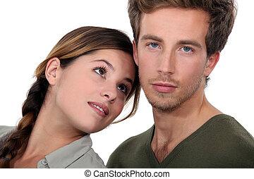 Una pareja joven posando