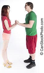 Una pareja joven que se enfrenta con la mano
