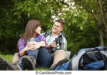 Una pareja joven sentada en Glade