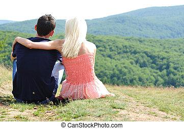 Una pareja joven sentada