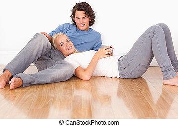 Una pareja joven sentada juntos