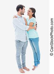 Una pareja joven y atractiva abrazándose